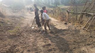 नाबालिक बच्चों से ग्राम पंचायत करवा रही निर्माण कार्य