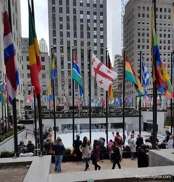 Rinque de patinação da Rockefeller Plaza, no Rockefeller Center, Nova York