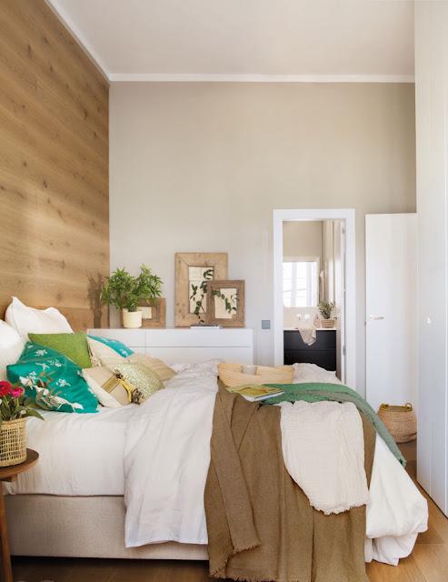 dormitor cu perete placat cu lemn