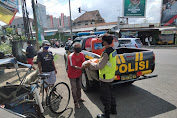 Sambil Patroli Polsek Padamara Salurkan Bantuan Bagi Tukang Becak