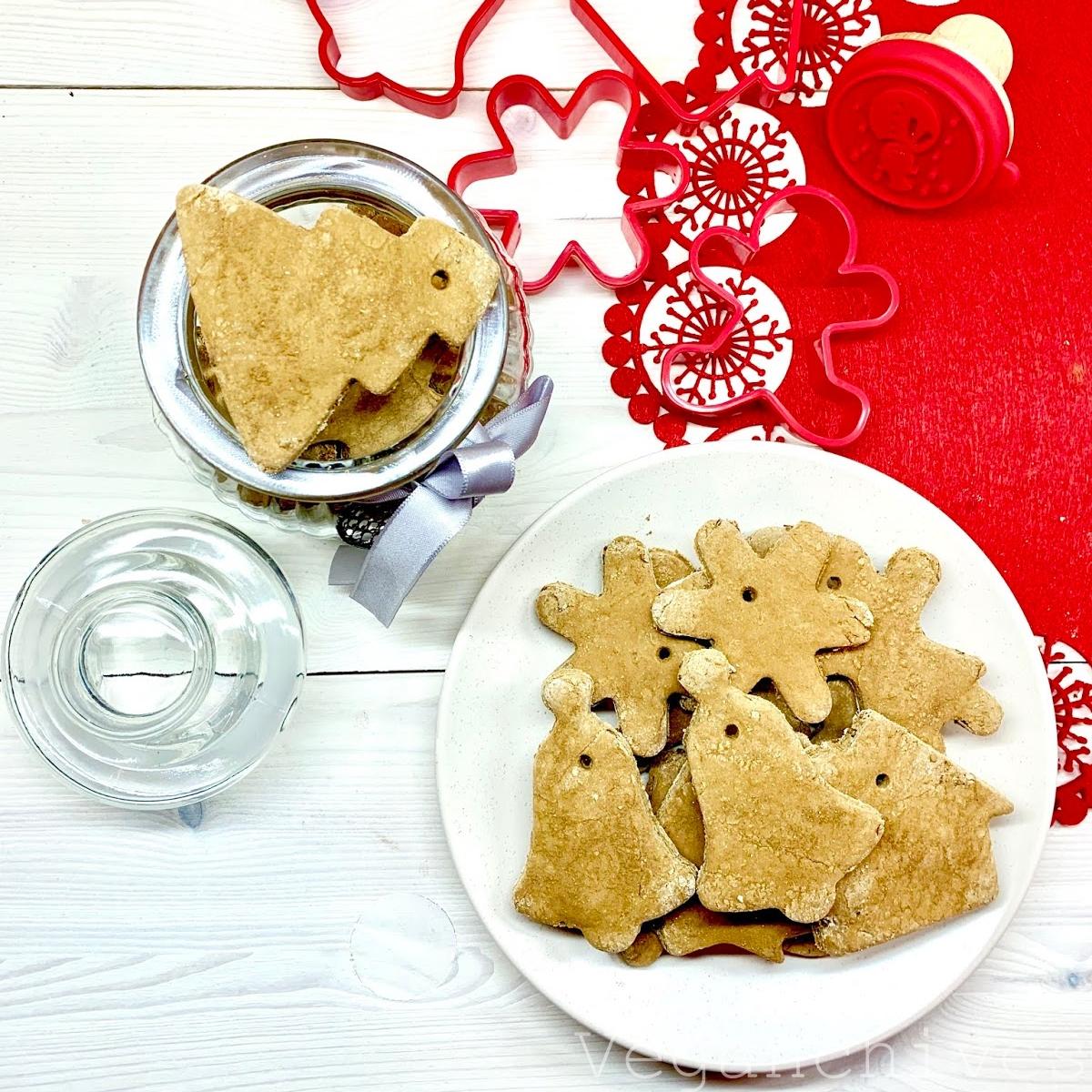 Wegańskie, fit pierniczki świąteczne z przyprawami korzennymi.