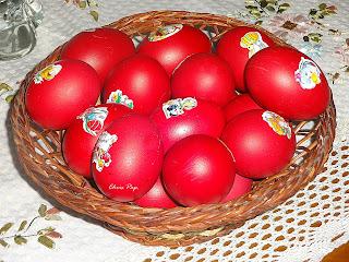 Καλαθακι με βαμμένα κόκινα αυγά που έχουν και χαλκομανιες πανω