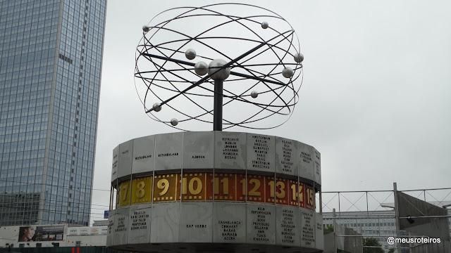 Relógio com a hora mundial na Alexanderplatz - Berlim