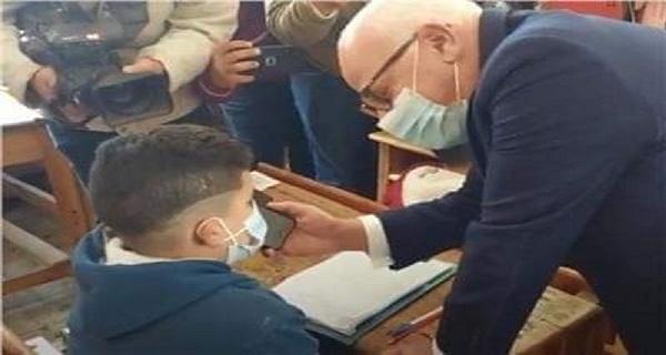 وزير التعليم في مكالمة هاتفية مع تلميذ