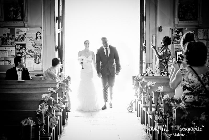 entrée des mariés dans l'église photo noir et blanc