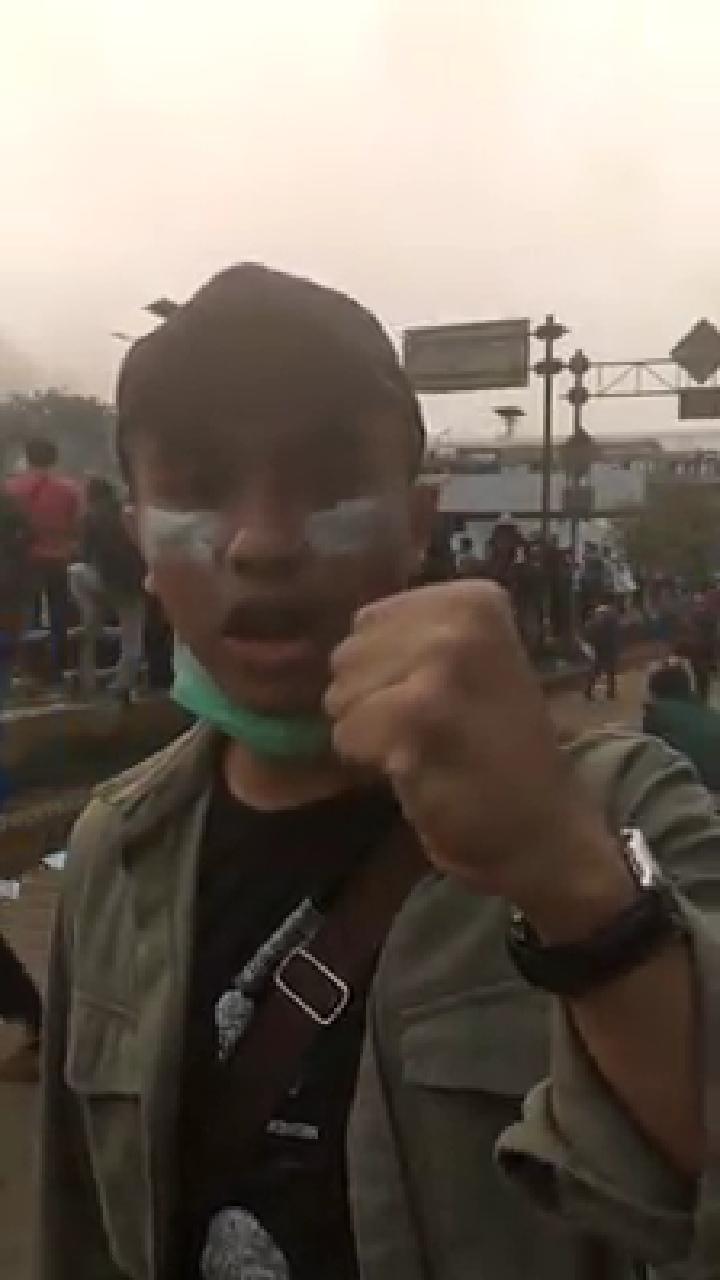 Muka Penuh Odol, Demonstran: Negeri Ini Didirikan Bukan untuk Nafkahi Koruptor