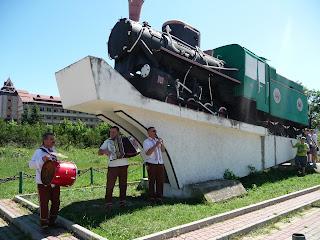 Выгода. Экскурсия по узкоколейке карпатским трамваем. Паровоз-памятник