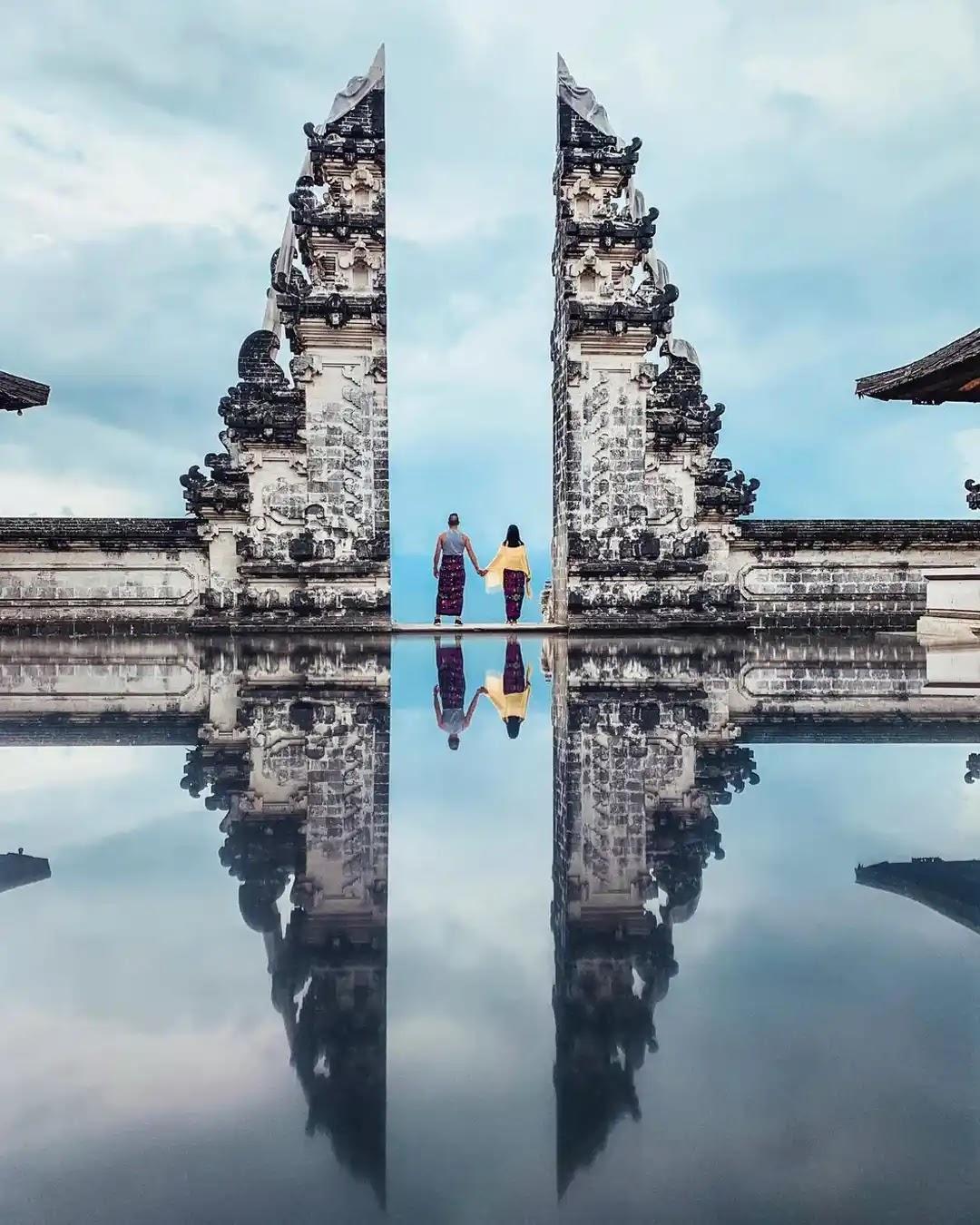 Foto Refleksi sempurna di gates of heaven Pura Lempuyang Bali - foto instagram @casssil