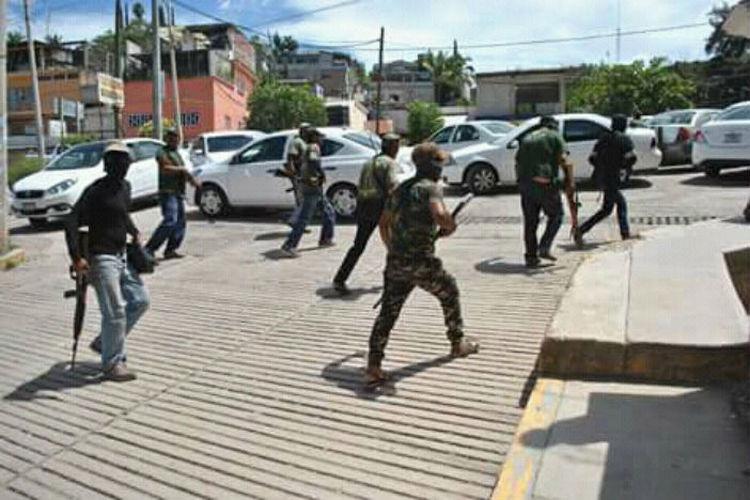 Transportistas bloquean accesos a Tlapa para exigir salida de autodefensa