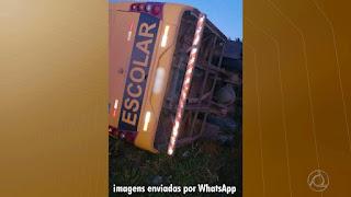 Criança fica ferida após ônibus escolar tombar por falha mecânica na Paraíba