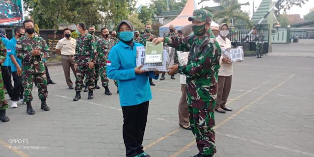 Mojokerto, - Kodim 0815/Mojokerto menggelar lomba senam gemu famire (maumere) di Lapangan Makodim 0815 Jalan Majapahit Nomor 1 Kota Mojokerto, Jawa Timur, Rabu (29/07/2020).  Kegiatan ini dilangsungkan usai olah raga mandiri rutin.  Lomba Senam Gemu Famire Antar Staf Kodim 0815/Mojokerto diikuti Prajurit dan PNS TNI AD yang terdiri dari 6 (enam) tim, dan tiap tim mewakili masing-masing Staf yang ada di Makodim 0815/Mojokerto.   Kegiatan diawali dengan pemanasan senam gemu famire yang diikuti seluruh peserta dan dipantau langsung Kasdim 0815/Mojokerto Mayor Inf M. Jenal Arifin beserta para Perwira Staf Kodim 0815/Mojokerto.  Pantauan di lapangan, dalam lomba senam gemu famire  tersebut, setiap tim yang berjumlah 5 (lima) orang mendapat kesempatan untuk tampil sesuai nomor urut dengan durasi (5) menit. Tim dari Pok Tuud yang mendapat kesempatan pertama untuk tampil, kemudian secara berurutan diikuti Tim dari Staf Log, Staf Pers, Staf Intel, Staf Ops dan Staf Ter.   Untuk penilaian lomba tersebut, dinilai berdasarkan tiga item yaitu keseragaman kostum/busana, kesamaan dan kerapihan gerakan serta semangat saat tampil.  Berdasarkan penilaian Tim Juri maka untuk lomba senam gemu famire antar staf tersebut, secara berturut-turut diraih oleh Staf Pers, Staf Ops dan Staf Ter, sebagai juara I, II dan juara III.  Ketiga staf yang meraih juara tersebut, mendapat hadiah hiburan dari Makodim 0815 yang diserahkan Pasiter, Pasiops dan Pasipers.  Selain hadiah dari Makodim 0815, Tiga Staf  yang meraih juara tersebut, juga mendapat hadiah hiburan serta dana stilmulan dari Dandim 0815/Mojokerto, yang diserahkan langsung Kasdim 0815/Mojokerto.  Dandim 0815/Mojokerto Letkol Inf Dwi Mawan Sutanto, SH., melalui Kasdim 0815 Mayor Inf MJ Arifin, saat menyerahkan hadiah bagi pemenang lomba, mengungkapkan, hadiah dan dana stimulan dari Dandim secara pribadi ini, sebagai bentuk apresiasi terhadap anggota yang tetap semangat beraktivitas meskipun ditengah Pandemi Covid-19.  Kegiatan ini patut d