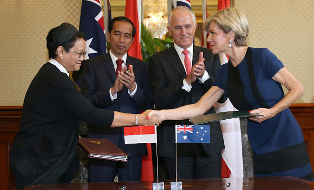 Image Attribute: Indonesian Minister for Foreign Affairs Retno Marsudi (L) shakes hands after exchanging documents with Australian Foreign Minister Julie Bishop during a signing ceremony as Indonesian President Joko Widodo (2nd L) and Australian Prime Minister Malcolm Turnbull watch on at Admiralty House in Sydney, Australia, February 26, 2017. REUTERS/David Moir/Pool