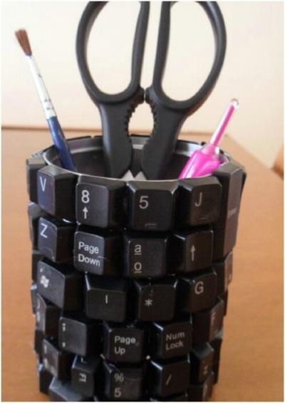Tempat pensil terbuat dari kepingan kunci keyboard.