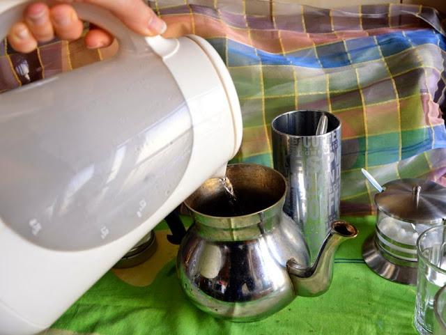 Gdy woda się zagotuje natychmiast zalać nią miętę i zieloną herbatę