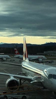 ovni sobre aeropuerto de Zurich en Suiza.