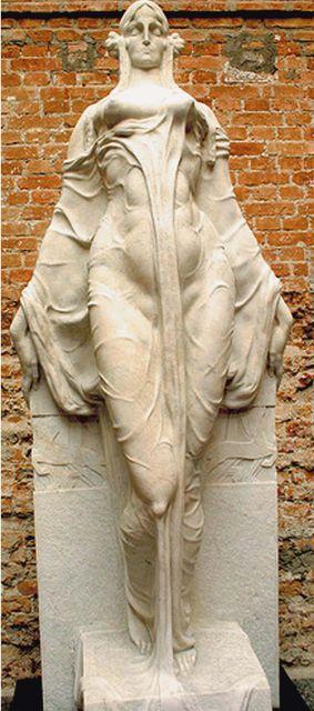 """Escultura da """"Musa Impassível"""", na Pinacoteca do Estado."""