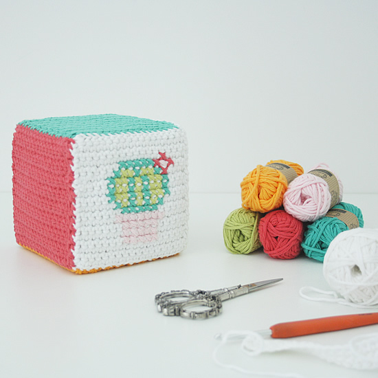 Crochet cube: the cactus cube, made with Scheepjes Cahlista | Happy in Red