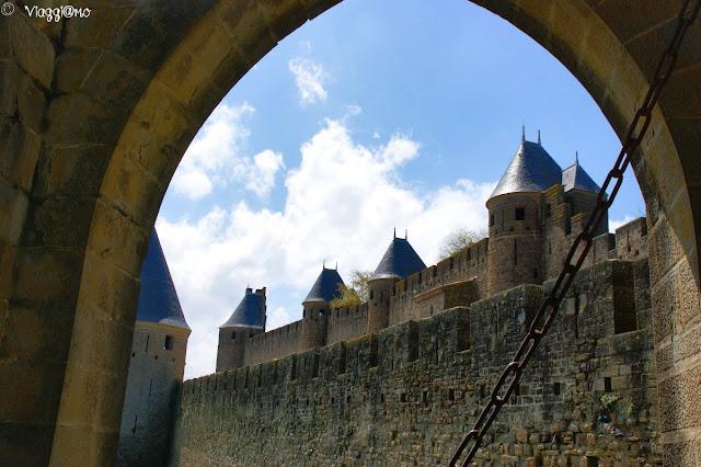 L'imponente cinta muraria e le sue torrette
