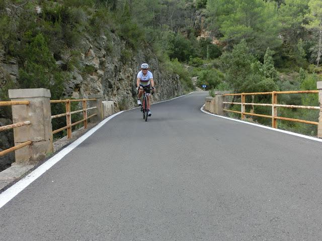en bicicleta en el puente del río villahermosa, cerca de cedramán