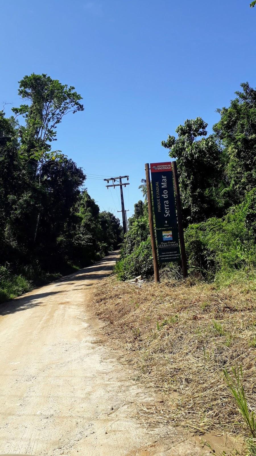Início da estrada de terra com a placa que leva ao Centro de visitantes da Praia da Fazenda
