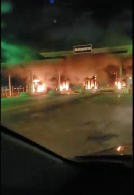 BREAKING: Lekki-Ikoyi Link Bridge Toll Gate On Fire (Video) #Arewapublisize