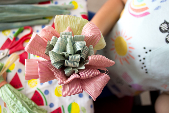 how to make corn husk flowers- super beautiful craft to make with adults and kids!