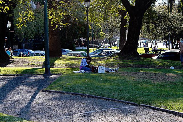 Foto en un parque y una pareja de enamorados