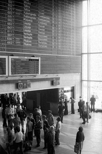 Конец июня 1980 года. Рига. Возле расписания поездов на Рижском центральном ж/д вокзале