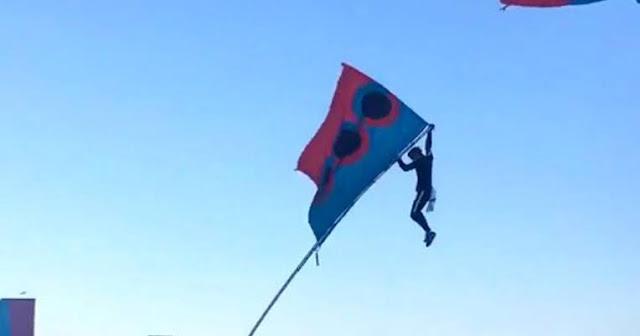 Saat Siswa Tapak Suci Itu Memanjat Tiang Bendera