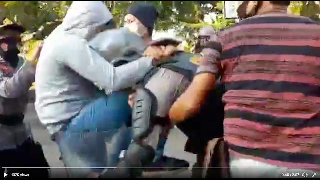Viral Diduga Polisi Nyamar Jadi Mahasiswa Demo, Dikeroyok Rekan Sendiri dan Dibalas Serangan Thai Boxing
