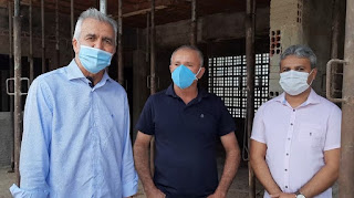 Prefeito Manassés Dantas e deputado Buba visita construção de escola em Baraúna