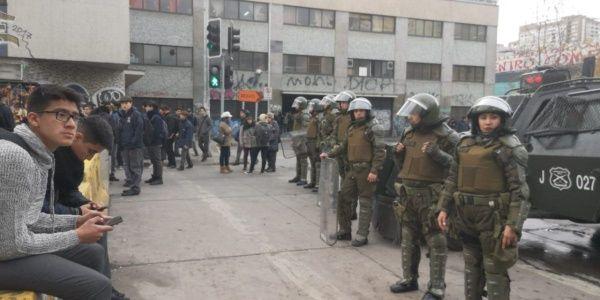 Carabineros entran con armas y lacrimógenas en colegio chileno