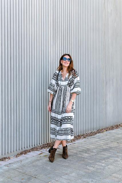 Fashion South con vestido étnico blanco y negro y mangas abullonadas