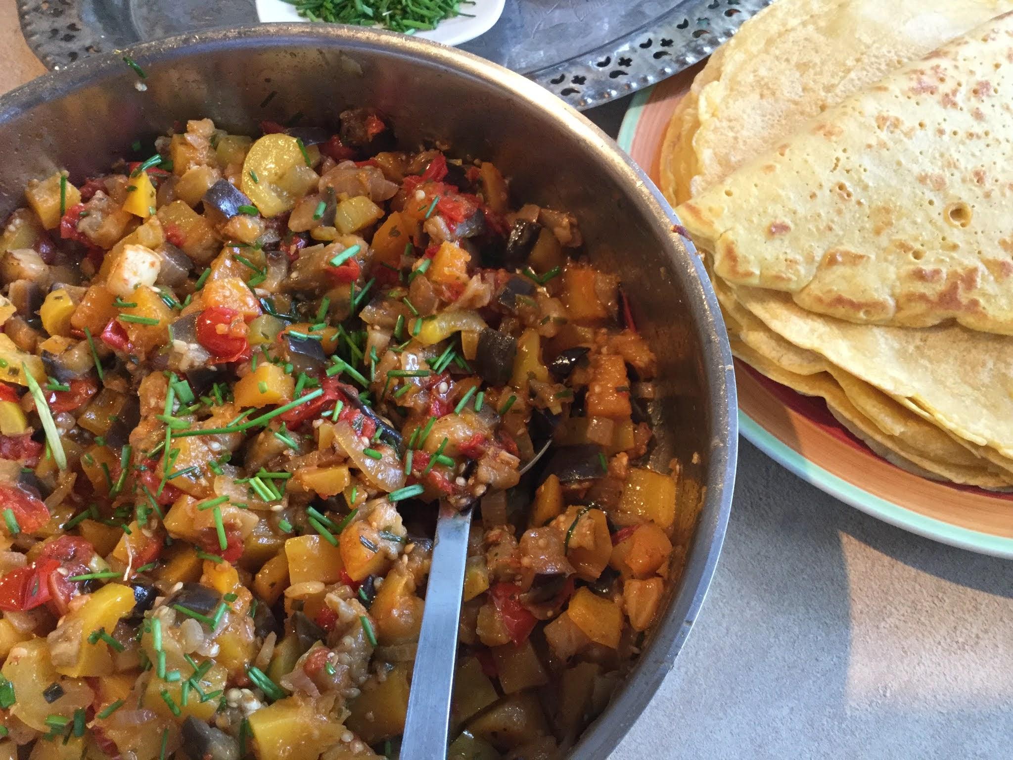 Kürbispfannkuchen mit Gemüse der Saison
