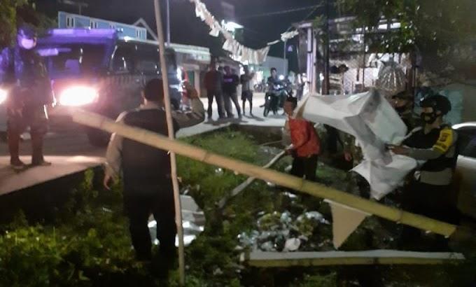 Aparat Gabungan TNI-Polri Turunkan Baliho Ormas FPI di Kecamatan Pontang