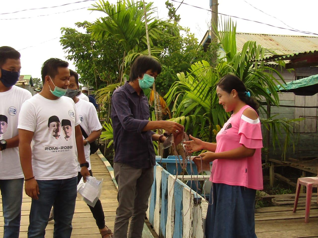 Team R2 Kembali Bagikan Masker dan Hand Sanitizer di Sabak Timur