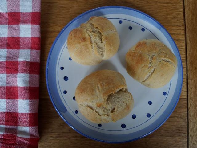 Rezept: Knusprige Dinkel-Roggen-Brötchen, die über Nacht gehen. Diese Brötchen, deren Teig mit dem einfachen Verfahren der langen kalten Führung hergestellt wird, sind zum Frühstück ein Traum!