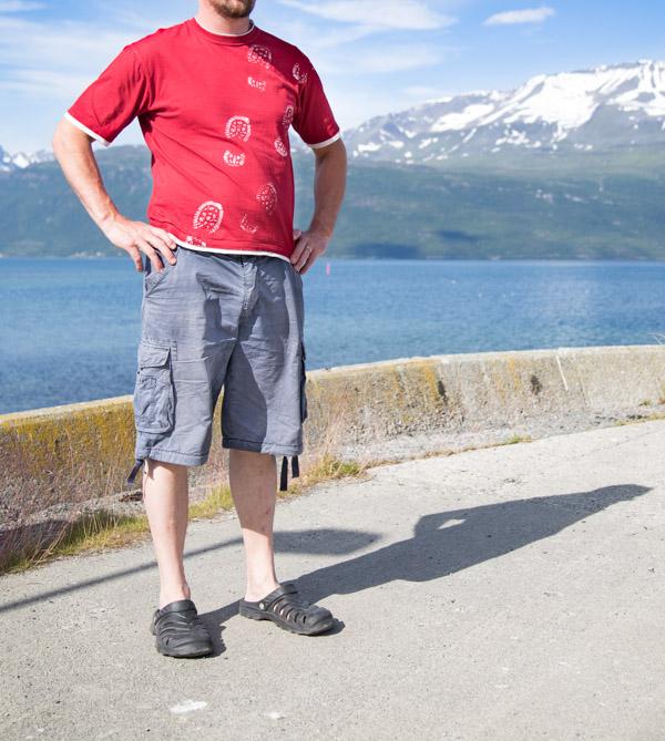 T-paidan uudistus kengänjälkiä painamalla
