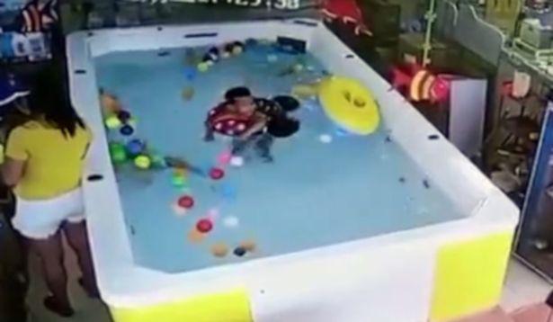 Bebé se ahoga mientras su madre revisaba el celular