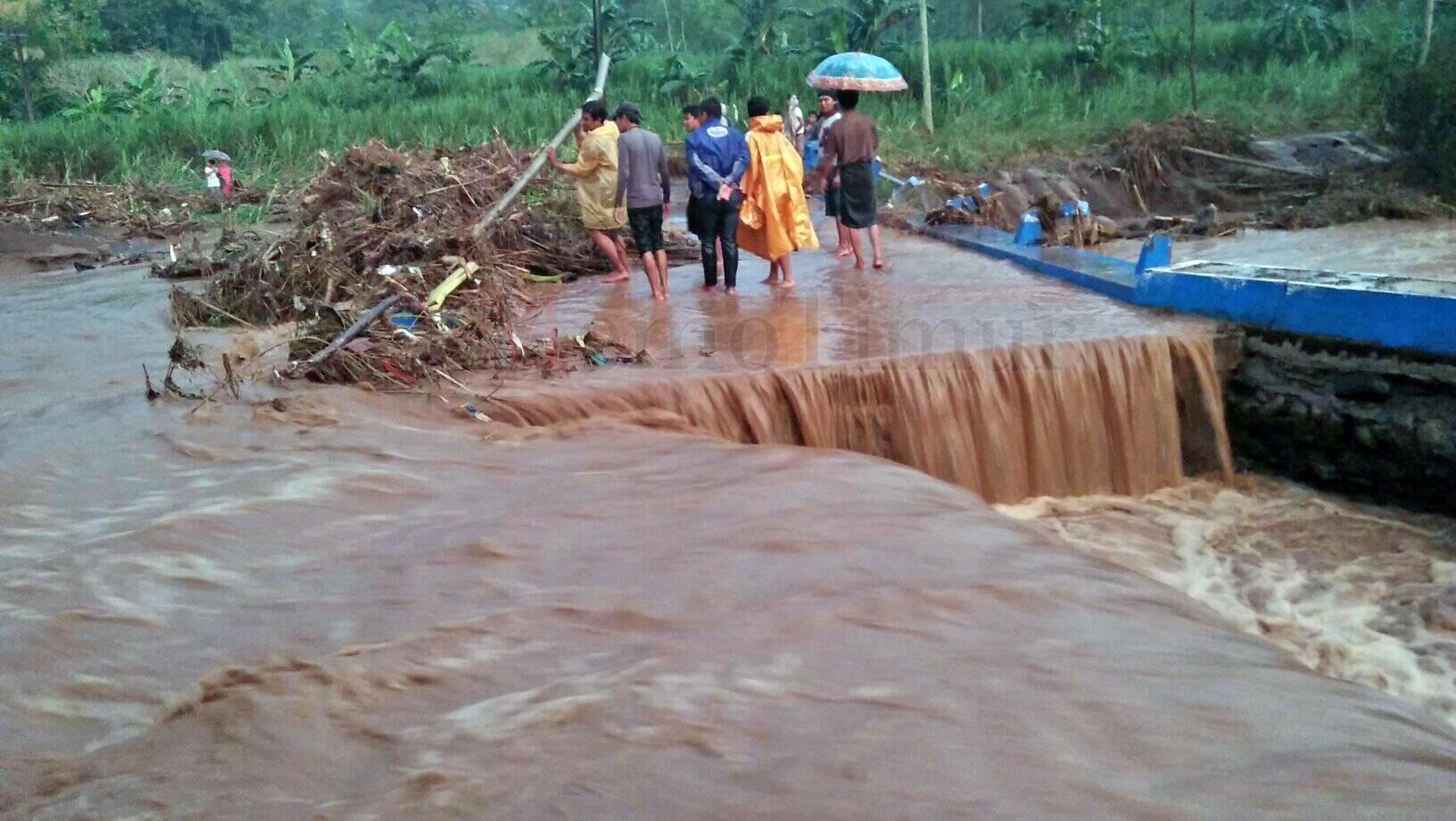 Jembatan Penghubung Desa Jatisari-Tempursari Putus Akibat Sungai Meluap