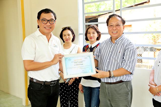 Giáo sư Hà Tôn Vinh cùng NSƯT Trịnh Kim Chi trao nhà tình thương - Ảnh 5