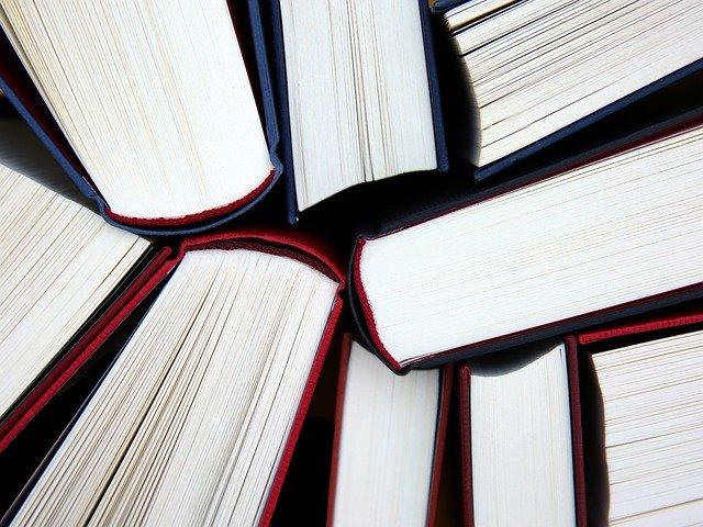 gambar beberapa buku tebal berkumpul