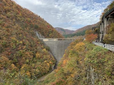 駐車場から歩く途中に見える鳴子ダム