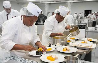 Serveuses et cuisiniers