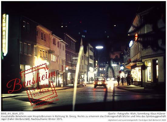 Nachtaufnahme Bensheim, Hauptstraße, Blickrichtung vom Hospitalbrunnen auf St. Georg, 1971.