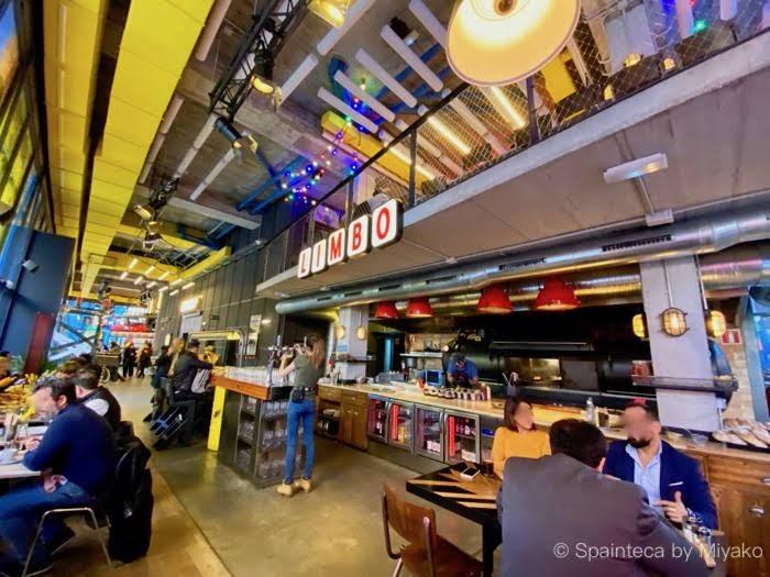 Limbo 吹き抜けになって開放的なマドリードの炭焼きチキンダイナーの店内