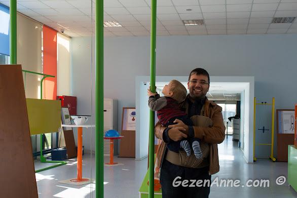 deney düzeneklerini inceleyen minik oğlum, Sancaktepe Bilim Merkezi İstanbul