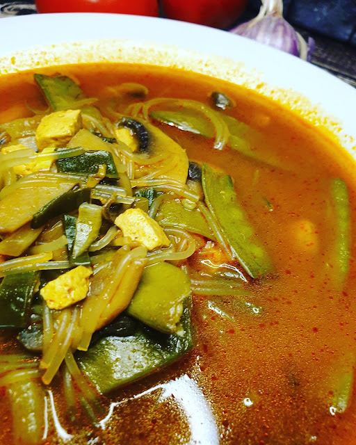 Orientalna zupa z krewetkami i pastą curry