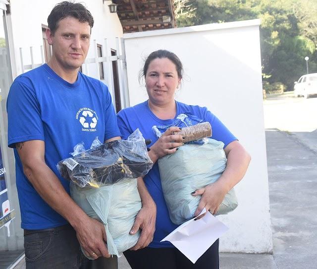 Prefeitura entrega EPIs e Cesta Básicas para Associações de catadores