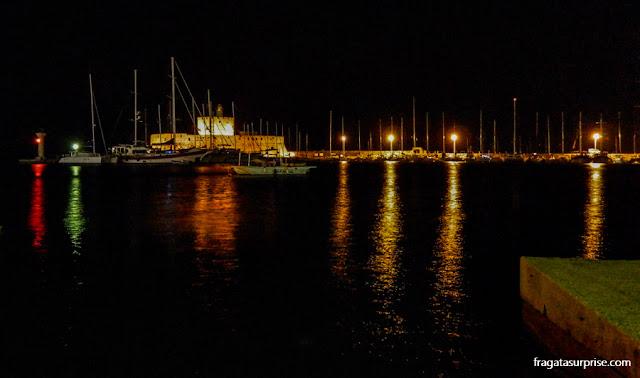 Porto de Mandráki, Rodes, à noite